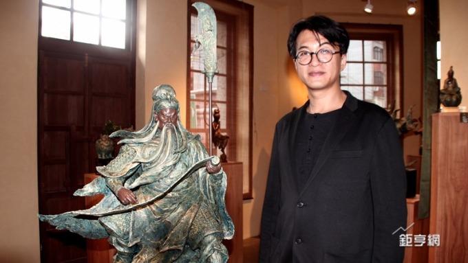 中生代雕塑作家蕭任能的創作靈感來自戲曲及北管等傳統文化領域。(鉅亨網記者楊伶雯攝)