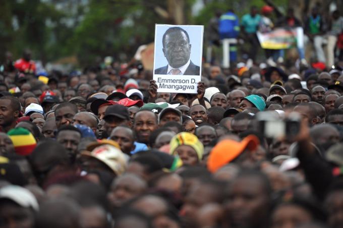 辛巴威民眾示威要求穆加比下台期間,高舉姆南加瓦肖像。(AFP)