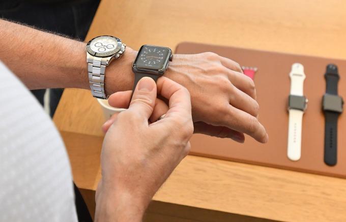 消費者試戴 Apple Watch 。(AFP)