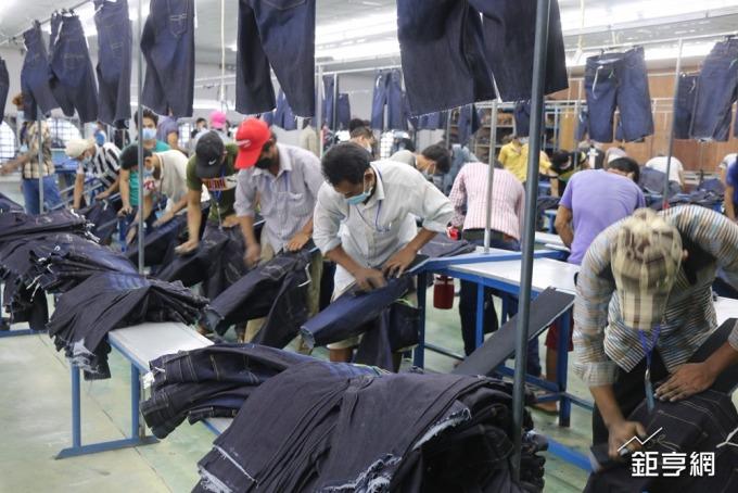 傳統牛仔褲靠人工製作花紋。(鉅亨網記者李宜儒攝)