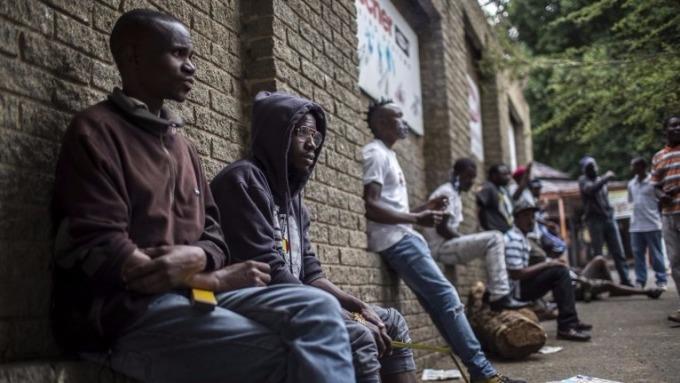 辛巴威找工作的青年(圖AFP)