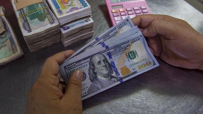 圖:AFP  美元週五下跌至二個月低點