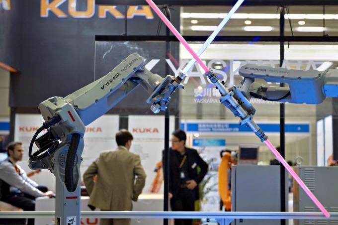 機器取代人工,將造成既有勞工須再受訓手能轉換職別      (圖:AFP)