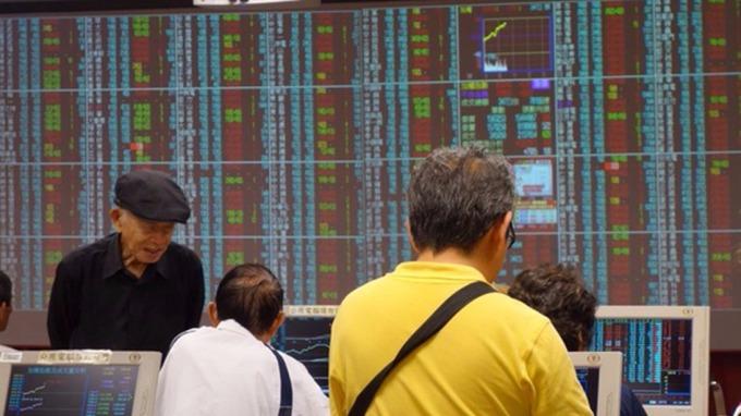 台股盤中─鴻海、大立光跌勢重 投資人信心弱上演半年線攻防
