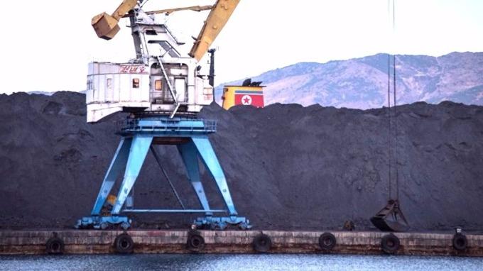 北韓在拉津港堆積如山等待出口中國的煤炭。 (圖:AFP)