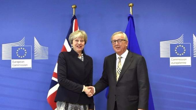 英國首相梅伊(左)昨抵布魯塞爾,會晤歐盟委員會主席容克。 (圖:AFP)
