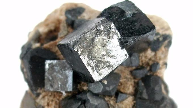 鈣鈦礦(perovskite)。(圖片取材自維基百科)