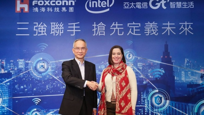 鴻海集團副總裁呂芳銘(左)英特爾網路平台事業群視覺雲事業部總經理Lynn Comp發表MEC應用服務。(圖:鴻海提供)
