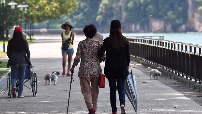 在家照顧老人家,可以領津貼?(AFP)