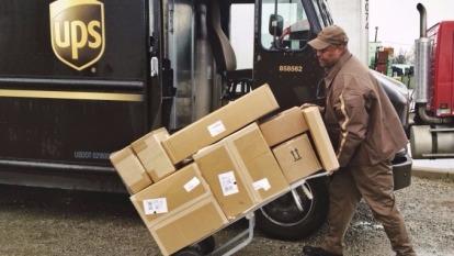 UPS說今年包裹數量過多,交貨可能延長一至兩天      (圖:AFP)