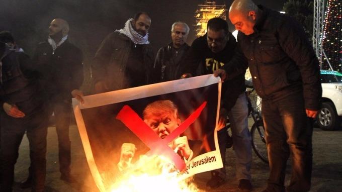 巴勒斯坦人焚燒川普肖像。 (圖:AFP)