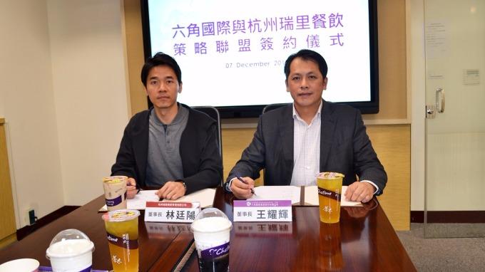 六角董事長王耀輝(右)與杭州瑞里餐飲管理公司完成簽約。(圖:六角提供)