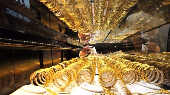 比特幣狂漲對黃金造成拋售壓力,金價考驗1250美元關口。 (圖:AFP)