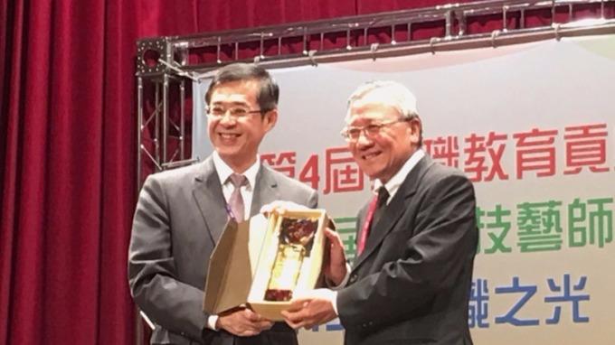 教育部次長姚立德頒獎給中油董事長戴謙。