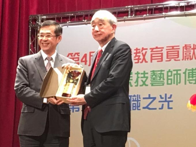教育部次長姚立德頒獎給華夏科技大學董事長孟繼洛。