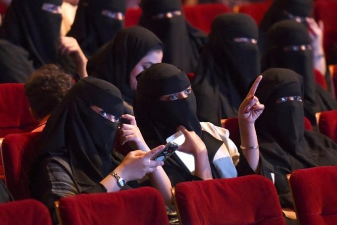 目前沙烏地仍禁止陌生男女接觸,戲院間隔如何安排受到關注。 (圖:AFP)