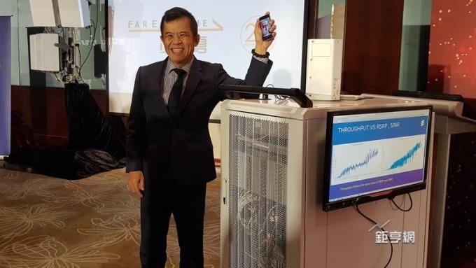 遠傳攜網路技術部執行副總饒仲華展示未來的原型機將縮成為 1 支手機大小。(鉅亨網記者楊伶雯攝)