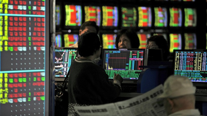 雖年報要等到 2018 年 3 月底全數公告,但上市櫃公司股價必定提早反應。(AFP)