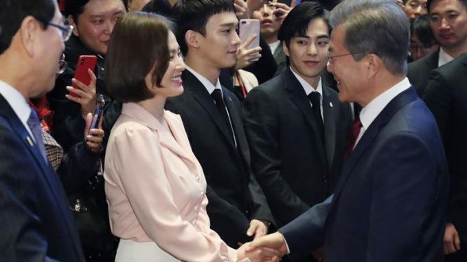 「限韓令」破冰 文在寅打明星牌 攜宋慧喬EXO出席陸國宴