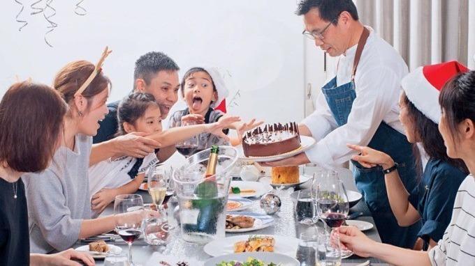 簡天才主廚(右站立者)為李昆霖執行長一家人設計的耶誕大餐,融合了法國傳統與李家人的口味,專屬的客製化服務。(攝影者.王文廷)