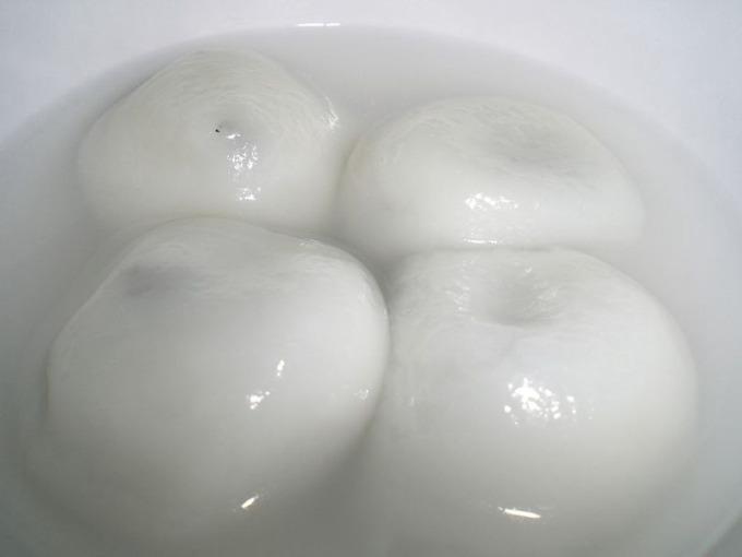 包芝麻餡的湯圓。 (圖:維基百科)