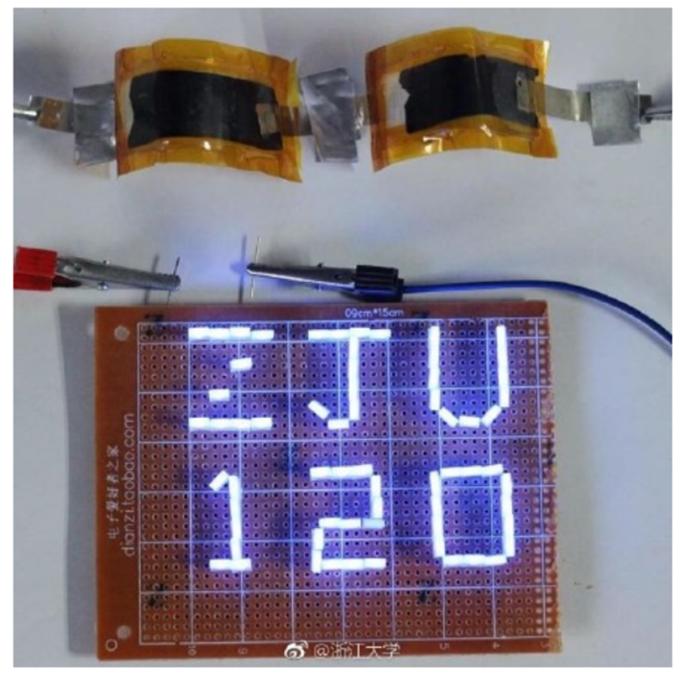 """铝-石墨烯电池点亮了印有""""ZJU120""""的LED灯串。(圖:浙江大學、澎湃新聞)"""