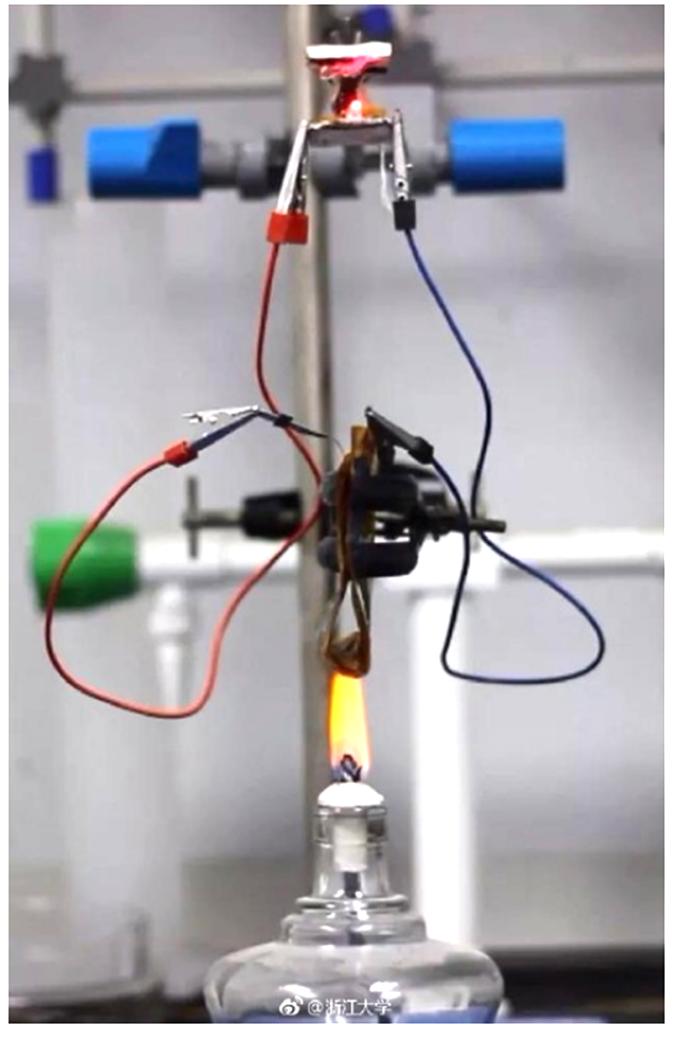 電池在高盪下不燃燒。(圖:浙江大學、澎湃新聞)
