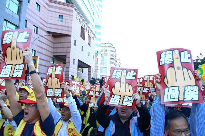 新「勞基法」被批讓勞工過勞,勞工12月23日走上街頭抗議撤回惡法。 (圖取材自網路)