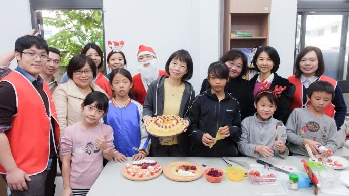 中壽副董郭瑜玲帶頭做志工 備聖誕大餐為育幼院孩子圓夢