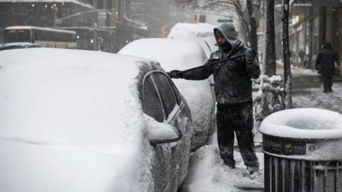紐約州一片白茫茫,積雪料逾25公分。 (圖:AFP)