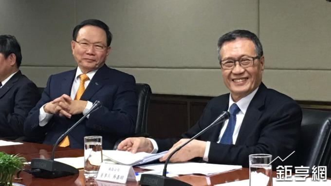 台塑董事長林健男(左)、南亞董事長吳嘉昭。(鉅亨網記者林薏茹攝)