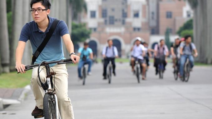 電動自行車是環保題材,愛地雅受惠。(AFP)