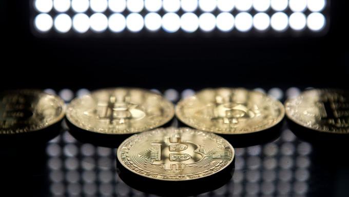 約18%投資人刷卡買比特幣(圖:AFP)
