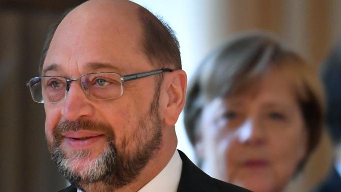 梅克爾 (右)和 Martin Schulz (左)會談達成組成聯合政府協議      (圖:AFP)
