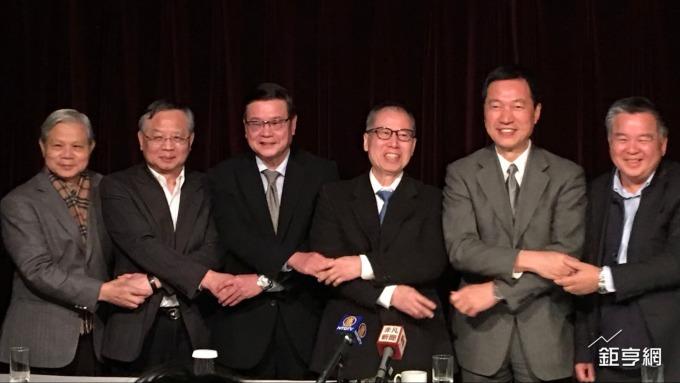 新日光董事長洪傳獻(右三)為聯合再生能源公司董座。(鉅亨網記者林薏茹攝)