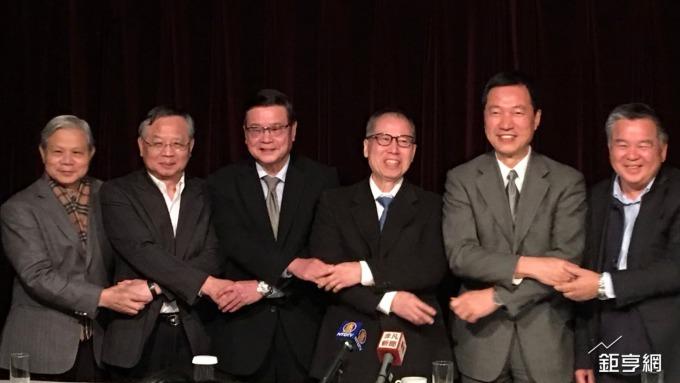 新日光董事長洪傳獻(右三)為聯合再生能源公司董座。(鉅亨網資料照)