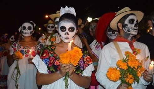 亡灵节游行中,人们会打扮成骷髅,观光客也常加入同欢。(图:HotelsCombined提供)