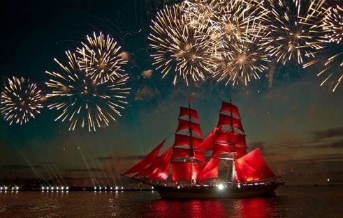 白夜節期間最盛大的「紅帆節」以出航祝福畢業的學生。(圖:HotelsCombined提供)