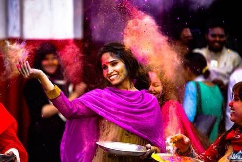 印度色彩節人們以天然染料潑灑彼此,慶祝春天到來。(wj6