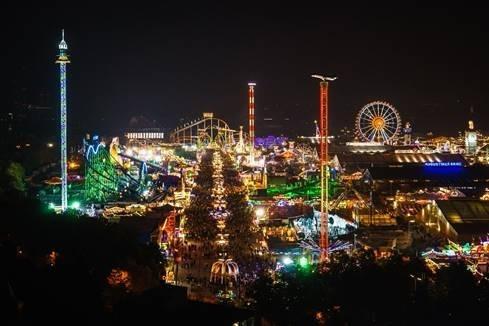 慕尼黑啤酒节开放至晚上10点半,从早到晚都非常热闹。(图:HotelsCombined提供)