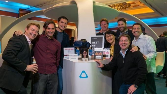 宏達電董事長王雪紅(右四)與HTC Vive 團隊及獎項合影。(圖:宏達電提供)