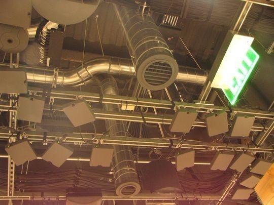 店內天花板上密密麻麻偵測器 / 圖:今日美國