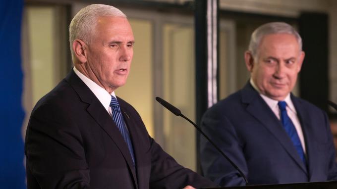 美國副總統彭斯(左)承諾在2019年底前,把美國駐以色列大使館遷往耶路撒冷。 (圖:AFP)