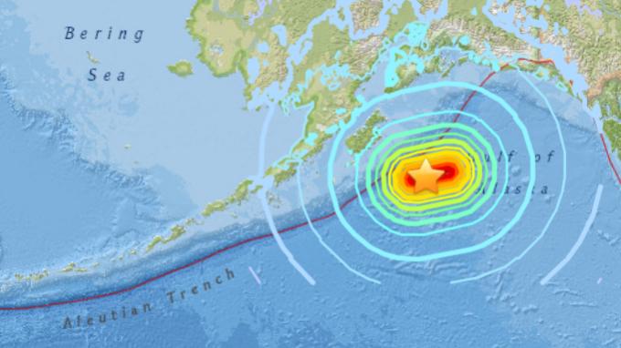 美國阿拉斯加附近海域發生芮氏規模7.9強震,觸發海嘯警報。 (圖:翻攝自美國地質勘探局)