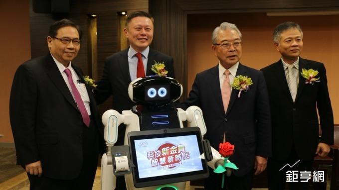 〈新金寶集團尾牙〉金寶智慧型服務機器人 今年目標出貨300台