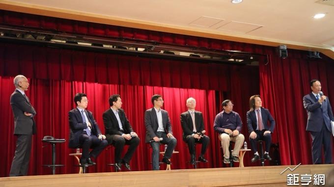 鴻海預計5年投入100億元攻AI,董事長郭台銘(右)更大發豪語,100億美元也投。(鉅亨網記者李宜儒攝)