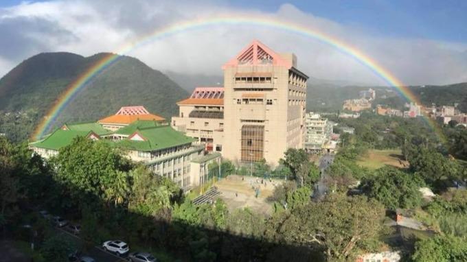 台灣文化大學上方曾出現一道彩虹,維持近9小時 (擷取自天氣職人-吳聖宇臉書)