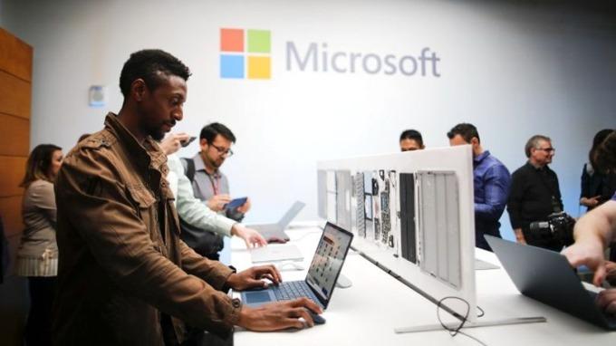 專家推斷Windows 10 S可能改用牲物認證或配合手機APP產生驗證碼。 (圖:AFP)