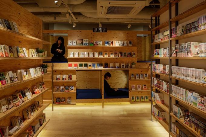 鑽入床洞內,拉上窗簾,就是一個完美的書店私密空間。