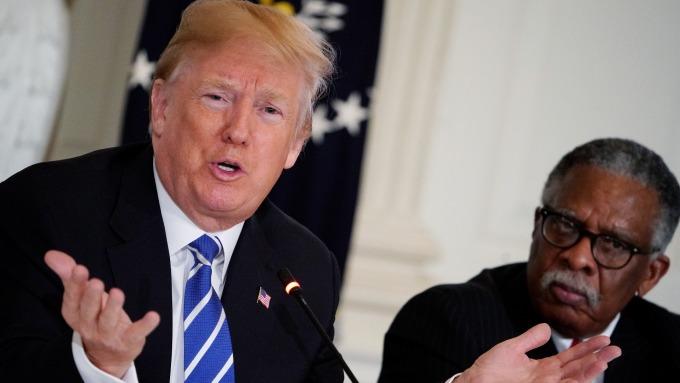 本月12日川普與各州地方官員開會討論基建項目議題 (來源:AFP)